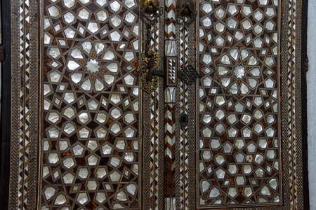 marquetry: Puerta con madre de incrustaciones de perlas en el har�n en el Palacio de Topkapi, en Estambul, Turqu�a Foto de archivo