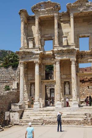 Efeso, Turchia - 25 maggio 2014 - I turisti esplorare e fotografare la Biblioteca di Celso Efeso, in Turchia Archivio Fotografico - 30331810