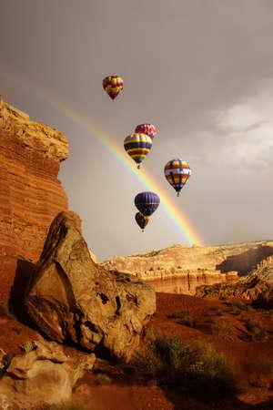 劇的な山の背景 - ユタ州とニュー メキシコ州から複合に熱気球
