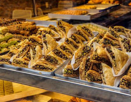 터키 이스탄불에있는 과자 가게에 전시 된 바클 라바