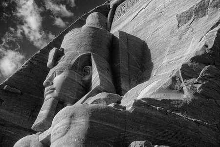 Coloso de Ramsés II, figura sentada, faraón egipcio, Abu Simbel Egipto Foto de archivo - 30925082