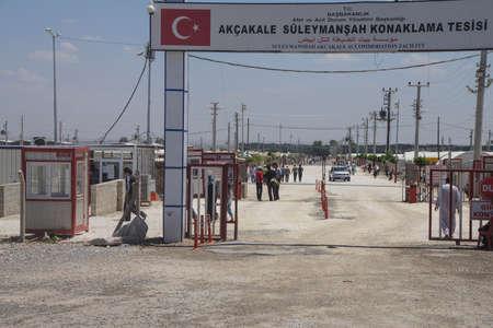 Akçakale, TURKIJE - 8 juni 2014 - Mensen voer de Akçakale Syrische vluchtelingenkamp nabij de Syrische grens, in Zuidoost-Turkije, juni 2014 Redactioneel