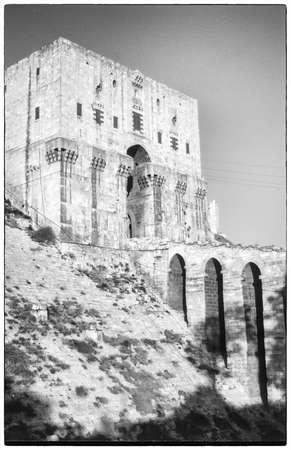 Entree toren & gracht van de Citadel, Aleppo, Syrië, het Midden-Oosten