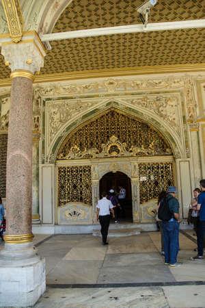 divan: ESTAMBUL - 18 de mayo 2014 - Los turistas entrar en el Divan a trav�s de la puerta de oro en el palacio de Topkapi, en Estambul, Turqu�a