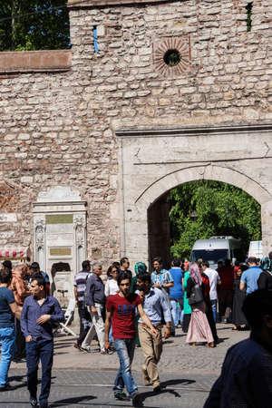ISTANBUL - MEI 18, 2014 - De menigten lopen op de het winkelen straat buiten Topkapi-Paleis in Istanboel, Turkije
