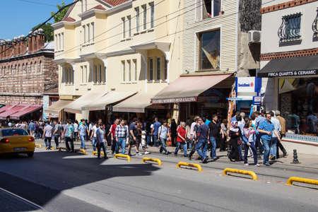 ISTANBUL - 18 mei 2014 - Crowds lopen aan de winkelstraat buiten het Topkapi-paleis in Istanbul, Turkije