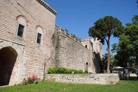 paredes exteriores: Muros y torres del palacio de Topkapi, Estambul, Turqu�a Exterior Editorial