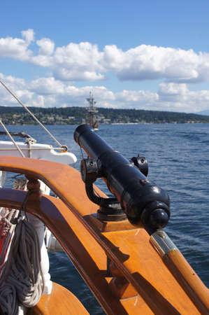 Arma giratoria en la cubierta con la vela nave alta Foto de archivo - 33532803