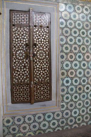 marqueteria: Puerta con madre de incrustaciones de perlas en el Harem en el palacio de Topkapi, en Estambul, Turqu�a Editorial