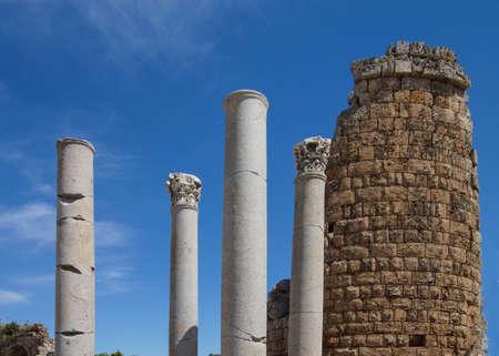 Colonne doriche e la ellenistica Porta della antica città greca di Perge, Turchia Archivio Fotografico - 33633368