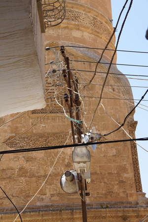 illicit: Fili aggrovigliati di collegamenti elettrici illegali Mardin, Turchia