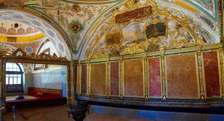 이스탄불, 터키 - 2014 년 5 월 18 일 - 이스탄불, 터키, Topkapi 궁전 술탄의 Divan 관객 챔버의 정교한 장식 에디토리얼