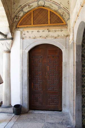 marqueteria: ESTAMBUL, Turqu�a - 18 de mayo 2014 - puertas de paneles elaborados del har�n en el Palacio de Topkapi, en Estambul, Turqu�a