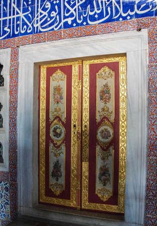 marqueteria: ESTAMBUL, Turquía - 18 de mayo 2014 - puertas de paneles elaborados del harén en el Palacio de Topkapi, en Estambul, Turquía