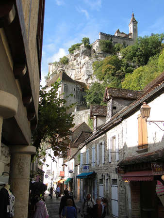 Romanesque church and shrines atop the citadel,  in Rocamadour, France 新聞圖片