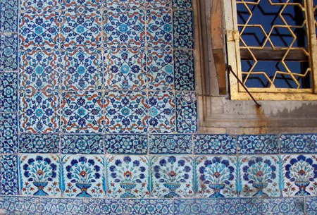 lapis: Iznik lapis  tiles with tulip pattern on a wall  in the Harem  in Topkapi Palace,  in Istanbul, Turkey Editorial