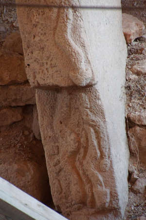 phallic: Figuras f�licas talladas sobre estela en un sitio arqueol�gico al aire libre de Gobekli Tepe (Pot-vientre Hill) en el sureste de Turqu�a