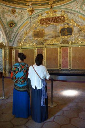 divan: ESTAMBUL, Turqu�a - 18 de mayo 2014 - elaboradas decoraciones de sala de audiencias Divan del sult�n en el palacio de Topkapi, en Estambul, Turqu�a Editorial