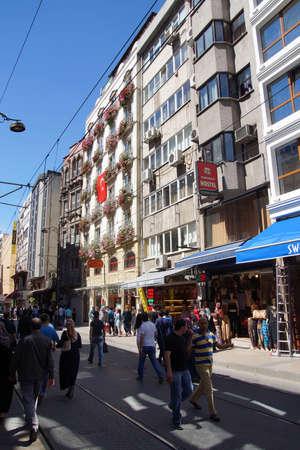 ISTANBUL - MEI 18, 2014 - Massa's lopen op een woonstraat met appartementsgebouwen, in de buurt van Topkapi-paleis in Istanboel, Turkije