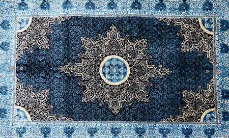 Fein gewebte Seidenteppiche in einem Teppich Showroom in Kappadokien, Türkei Standard-Bild - 35107512