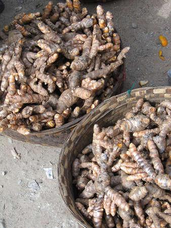 インド ・ オリッサにおける Chatikona 毎週の市場の販売のためのウコン根 写真素材 - 35166119