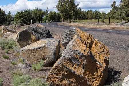 obrero: Rocas volc�nicas con l�quenes en el borde de la carretera, cerca de Redmond, Oreg�n