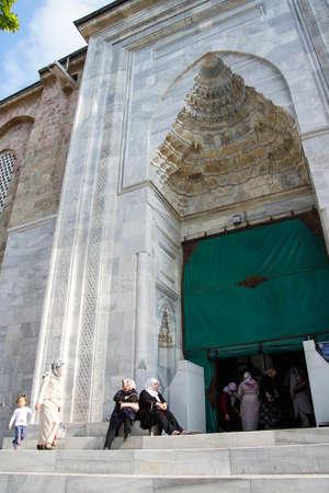 sciarpe: Bursa, Turchia - 22 maggio 2014 - Le donne con sciarpe lasciare la moschea Ulu Camii poco prima della preghiera del pomeriggio Bursa, Turchia Editoriali