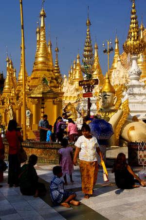 planetarnych: Yangon, Birma - 18 lutego 2015 - Oferta z wodą święconą w planetarnym postu, imieniny, sanktuarium, Shwedagon Pagoda w Yangon (Rangun), Myanmar (Birma)