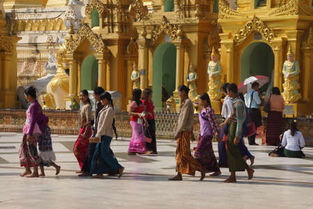 YANGON, BIRMA - 18 februari 2015 - Boeddhistische bezoekers lopen langs de brede platform van de Shwedagon Pagoda in Yangon (Rangoon), Myanmar (Birma)