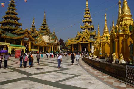 YANGON, BIRMA - FEB 18, 2015 - Boeddhistische bezoekers lopen langs het brede platform van de Shwedagon-pagode Yangon (Rangoon), Myanmar (Birma) Redactioneel