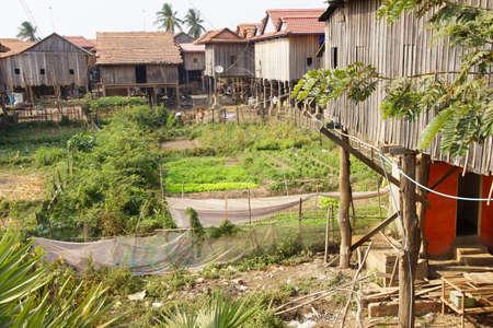 zancos: Casa Khmer tradicional construida sobre pilotes, provincia de Kratie, Camboya Foto de archivo