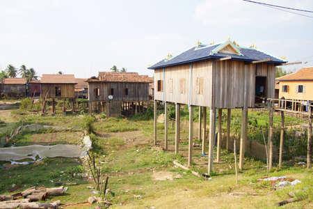 Traditioneel Khmer huis gebouwd op palen, Kratie Province, Cambodja Stockfoto