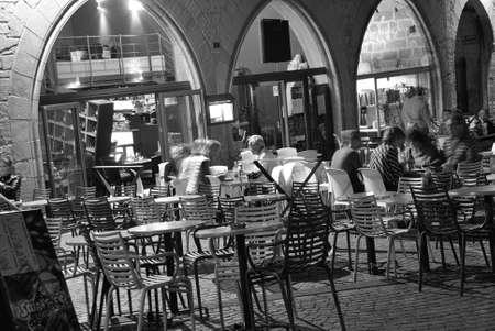 brasserie restaurant: FIGEAC, FRANCE - le 22 septembre - les convives du soir se d�tendre dans un restaurant en plein air sur le 22 septembre 2011 � Figeac, France