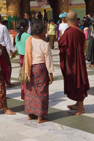 Boeddhistische monniken op het platform van de Shwedagon Pagoda, Yangon (Rangoon), Myanmar (Birma) Redactioneel