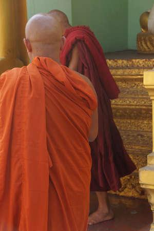 Boeddhistische monniken op het platform van de Shwedagon Pagoda, Yangon (Rangoon), Myanmar (Birma) Stockfoto