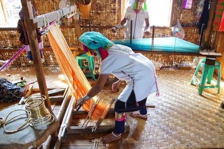 necked: Lange hals Kayan padaung vrouw weven op een weefgetouw, Inle Lake, Myanmar (Birma) Stockfoto