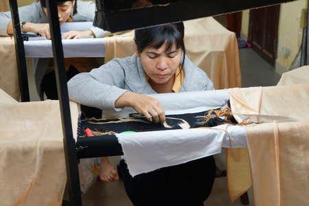 DANANG, Vietnam - 1 février 2015 - Les travailleurs broder avec de la soie dans une usine de l'artisanat Danang, Vietnam Banque d'images - 37658572