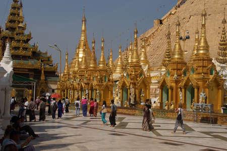 YANGON, BIRMA - FEB 18, 2015 - Boeddhistische bezoekers lopen langs het brede platform van de Shwedagon-pagode Yangon (Rangoon), Myanmar (Birma)