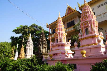 stupas: Stupa buddista di fuori del tempio Langka Pagoda, Phnom Penh in Cambogia Archivio Fotografico