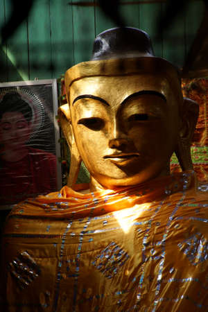 부처님의 황금 머리, Lonyon 수도원, Hsipaw, 미얀마 (버마) 근처 스톡 콘텐츠