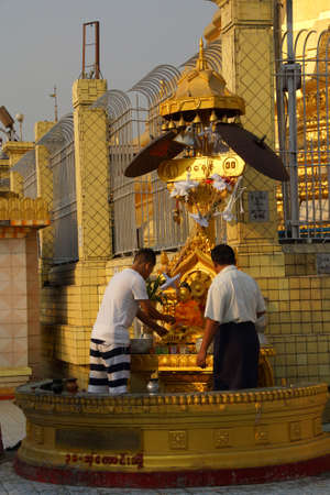 planetarnych: YANGON, MYANMAR - MAR 2, 2015 - Buddhists pray at the planetary post of their birth day,  Botataung Pagoda, Yangon,  Myanmar (Burma)