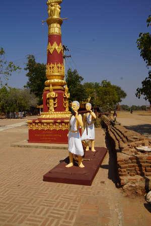 Standbeelden, 2 monniken die grote gong, Bagan Myanmar (Birma)