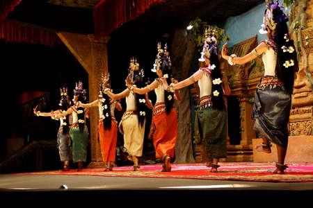 Siem Reap, Cambodja - 14 februari 2015 - Lijn van Apsara dansers voeren tegen een overweging, Siem Reap, Cambodja
