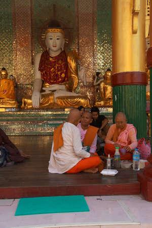 YANGON, BIRMA - FEB 18, 2015 - Boeddhistisch monnikenontbijt bij een heiligdom bij de Shwedagon-Pagode, Yangon (Rangoon), Myanmar (Birma)