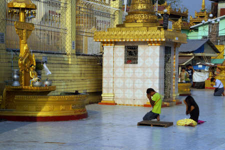 planetarnych: Yangon, Myanmar - 02 marca 2015 - Buddyści modlą się w planetarnym stanowisko ich dzień narodzin, Pagoda Botahtaung, Rangun, Myanmar (Birma)