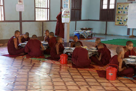 KYAUKME、ミャンマー - 2015 年 2 月 21 日 - 若い仏教学生日の昼、Kyaukme ミャンマー (ビルマ) の主要な食事