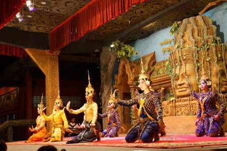 arrodillarse: Siem Reap, Camboya - 14 de febrero 2015 - bailarines Apsara arrodillan al final de una actuación, Siem Reap, Camboya