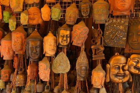 Boeddha hoofd maskers en houtsnijwerk, Oude Markt, Siem Reap, Cambodja