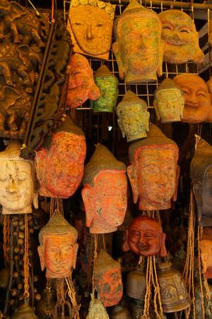 cabeza de buda: Máscaras y tallas de cabeza de Buda, Mercado Viejo, Siem Reap, Camboya Foto de archivo