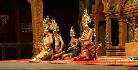 to kneel: Siem Reap, Camboya - 14 de febrero 2015 - bailarines Apsara arrodillan al final de una actuaci�n, Siem Reap, Camboya